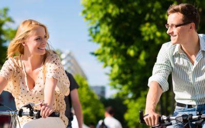 Pärchen beim Fahrradfahren in München.