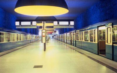 Ubahn fährt in einen Ubahnhof ein
