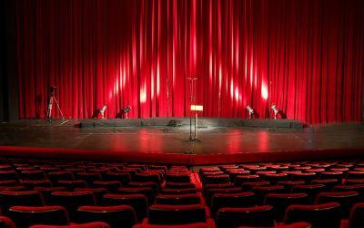 Leere Theaterbühne mit geschlossenem roten Vorhang