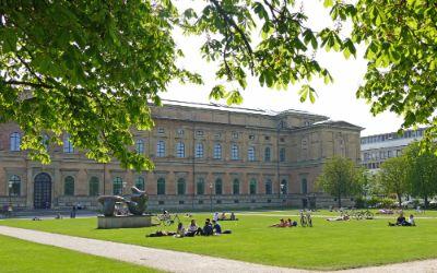 Die Alte Pinakothek bei sonnigem Wetter im Frühling