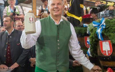 OB Dieter Reiter beim Anzapfen des ersten Wiesn-Bieres