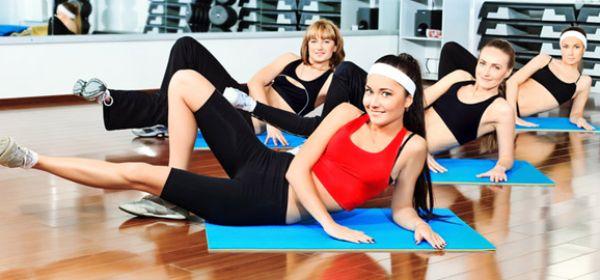 Frauen machen Gymnastik im Fitnessstudio