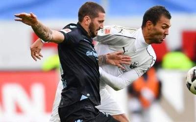 Münchens Sascha Mölders (l) und Sandhausens Daniel Gordon kämpfen um den Ball