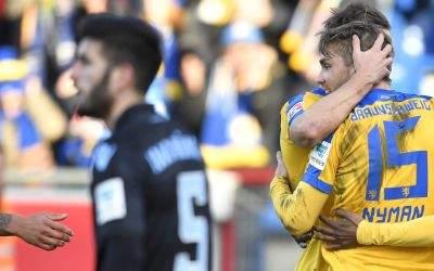 Braunschweigs Torschütze zum 2:0, Christoffer Nyman (r), jubelt mit seinen Mitspielern.