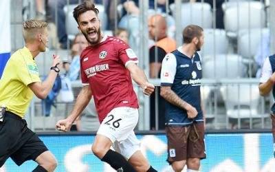 Kenan Karaman von Hannover jubelt über seinen Treffer zum 1:0.