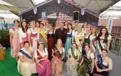 Produktköniginnen auf dem Landwirtschaftsfest mit BBV-Präsident Walter Heidl und Landesbäuerin Anneliese Göller