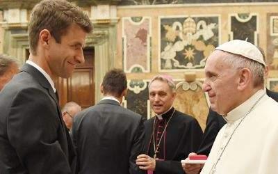 Thomas Müller und Papst Franziskus.