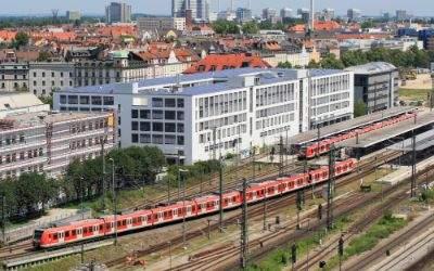 Einfahrt einer Doppeleinheit Triebwagen der Baureihe ET 423 der S-Bahn München in den Bahnhof München Ostbahnhof