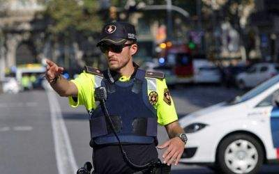 Polizist sperrt nach Anschlag in Barcelona Straße ab