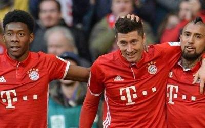 Bayern München - Hamburger SV, 22. Spieltag am 25.02.2017 in der Allianz Arena in München  David Alaba (l-r), Torschütze Robert Lewandowski und Arturo Vidal freuen sich über das 3:0