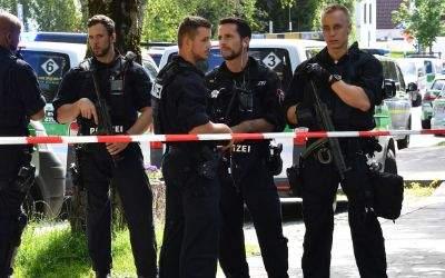 Polizisten am S-Bahnhof Unterföhring