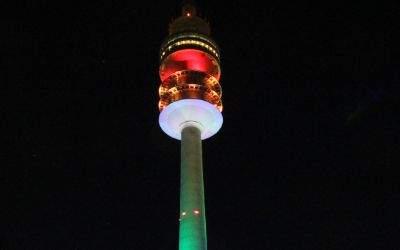 Der Olympiaturm leuchtet in Regenbogenfarben