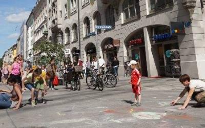 Kinder und Erwachsene bemalen Straße