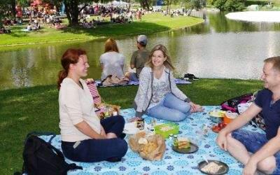 Junge Leute beim Picknick