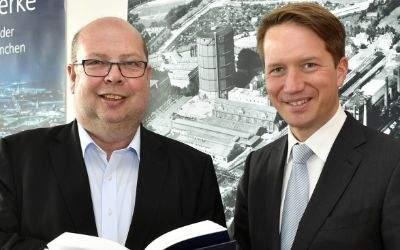 """SWM Geschäftsführer Dr. Florian Bieberbach neben Prof. Dr. Johannes Bähr, dem Mitautor des Buchs """"Netzwerke"""""""