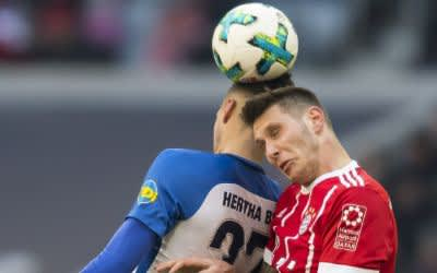 FC Bayern Muenchen vs. Hertha BSC- Rune Jarstein (Hertha) im kampf mit Niklas Suele (FCB)