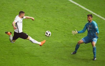 Torwart Sven Ulreich von Bayern München (r) kann das Tor zum 1:2 von Ante Rebic von Eintracht Frankfurt nicht halten.