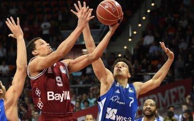 Jared Cunningham (M) von München und Tai Webster (l) von Frankfurt und Shawn Huff von Frankfurt versuchen an den Ball zu kommen.