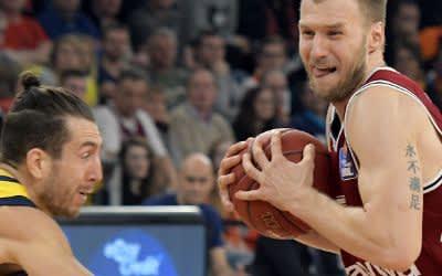 Münchens Anton Gavel (r) und Spencer Butterfield von Berlin kämpfen um den Ball.
