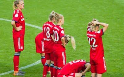 Münchens Spielerinnen stehen nach dem verlorenen Elfmeterschießen auf dem Rasen.