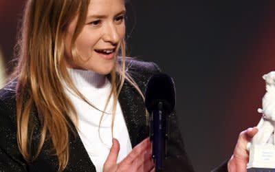 """Julia Jentsch, Schauspielerin, erhält bei der Verleihung des Bayerischen Fernsehpreises im Prinzregententheater den """"Blauen Panther""""."""
