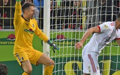 Sandro Wagner (r) von München erzielt das 3:0 Torwart Alexander Schwolow von Freiburg.