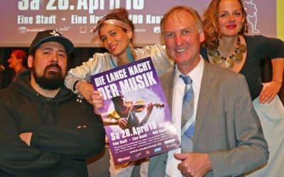 Pressekonferenz zur Langen Nacht der Musik: Ralf Gabriel, Geschäftsführer der Münchner Kultur GmbH mit der Deutsch-Rapperin Taiga Trece plus Band