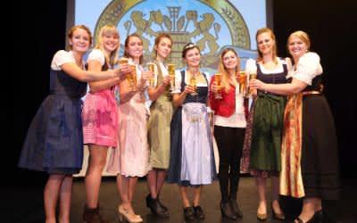 v.l.n.r.: Johanna Seiler, Sarah Müller, Sandra Pichlmair, Magdalena Simmel, Bayerische Bierkönigin 2017/2018 Lena Hochstraßer, Sabrina Mair, Barbara Berger, Jana Neubert.