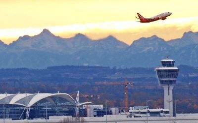 Flugzeug startet am Münchner Flughafen im Sonnenuntergang