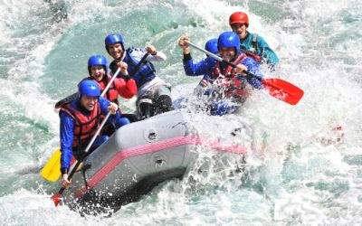 Gruppe junger Leute beim Wildwasser-Rafting