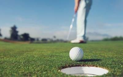 Golfer beim Putten