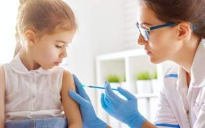 Arzt verpasst einem Kind eine Impfung