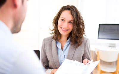 Junge Frau beim Job-Interview