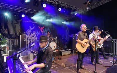 Band singt auf der Bühne am Gasteig