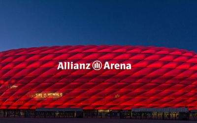 Rot leuchtende Allianz Arena am Abend