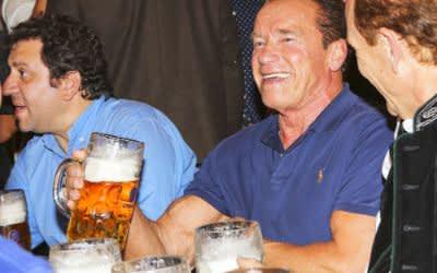 Arnold Schwarzenegger feiert auf dem Oktoberfest im Schützenfestzelt