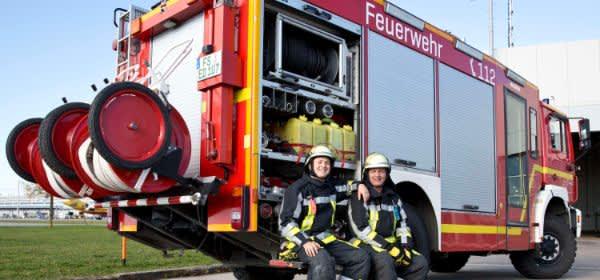 Feuerwehrmänner vor einem Feuerwehrauto