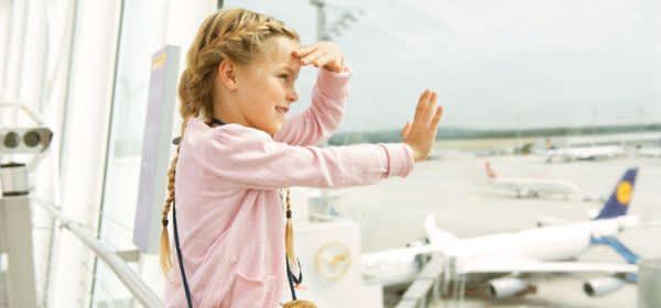 Kind schaut auf der Aussichtsterrasse den Flugzeugen zu