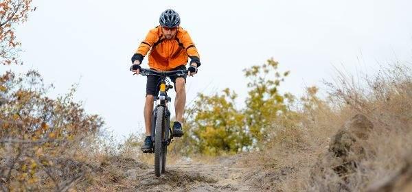 Mountainbiker im Herbst