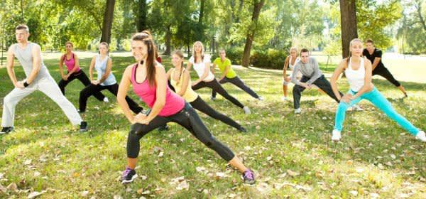 Gruppe treibt Sport im Park