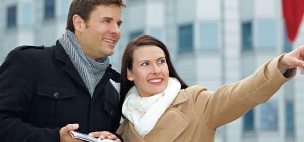 Stadtführung: Frau und Mann mit Stadtplänen