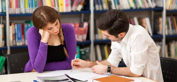Studenten lernen in Bibliothek