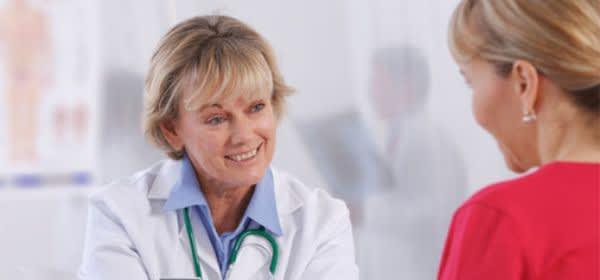 Frau beim Arzt