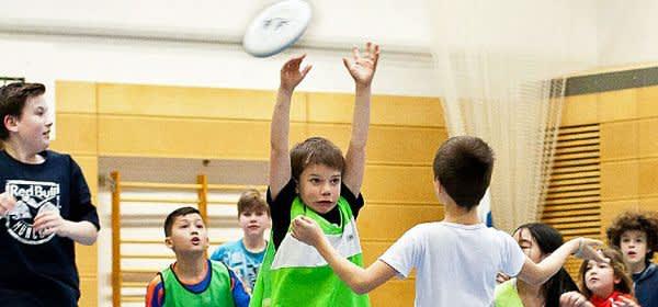 Kinder beim Frisbee spielen