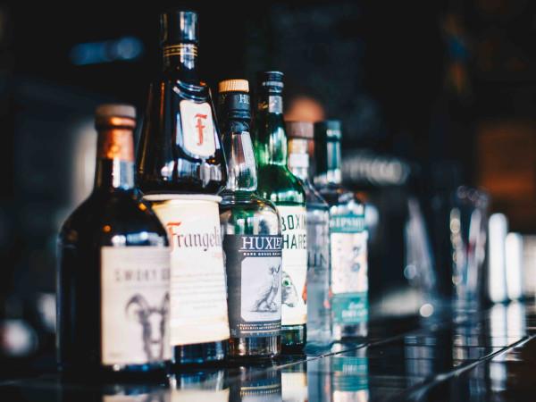 Flaschen auf einem Tresen